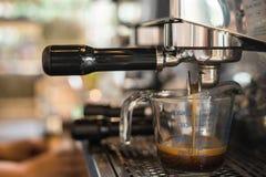 Στάση από τη μηχανή καφέ στοκ εικόνες