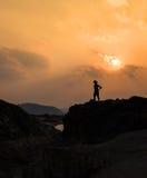 Στάση ατόμων στους βράχους Στοκ Φωτογραφία
