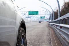 Στάση αυτοκινήτων στο κράσπεδο με τη δευτερεύουσα οδική άποψη Στοκ Φωτογραφίες