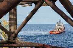 Στάση βαρκών ανεφοδιασμού από εδώ κοντά το γρύλο επάνω στην εγκατάσταση γεώτρησης πετρελαίου και φυσικού αερίου Στοκ Εικόνες
