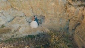 Στάση γαμήλιων ζευγών σε μια κλίση του λόφου βουνών Καλοί νεόνυμφος και νύφη στοκ φωτογραφίες