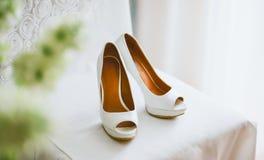 Στάση γαμήλιων παπουτσιών σε μια καρέκλα στοκ εικόνες
