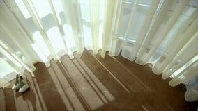 Στάση γαμήλιων παπουτσιών στο πάτωμα κοντά στο παράθυρο απόθεμα βίντεο