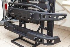Στάση για την επίδειξη τα στοιχεία σωμάτων αυτοκινήτων που ενισχύονται για πλαϊνό και φιαγμένα από μέταλλο, όπως ο προφυλακτήρας, στοκ εικόνες