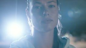 Στάση γυναικών ικανότητας υπαίθρια τη νύχτα απόθεμα βίντεο