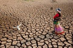 Στάση γυναικών στην ξηρασία με το επικεφαλής κρανίο Στοκ Φωτογραφίες