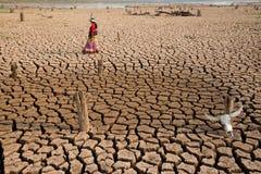 Στάση γυναικών στην ξηρασία με το επικεφαλής κρανίο Στοκ φωτογραφίες με δικαίωμα ελεύθερης χρήσης