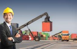 Στάση επιχειρηματιών στο μπροστινό forklift κιβώτιο εμπορευματοκιβωτίων φόρτωσης στοκ φωτογραφία με δικαίωμα ελεύθερης χρήσης