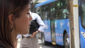 Στάση λεωφορείου, αναμονή, επιβάτες απόθεμα βίντεο
