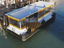 Στάση λεωφορείου νερού στο μεγάλο κανάλι στη Βενετία, Ιταλία Στοκ φωτογραφίες με δικαίωμα ελεύθερης χρήσης