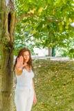 Στάση και συζήτηση στη χειρονομία χεριών μου από τη γυναίκα πάνω από 40 Στοκ εικόνα με δικαίωμα ελεύθερης χρήσης