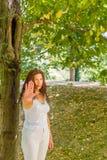 Στάση και συζήτηση στη χειρονομία χεριών μου από τη γυναίκα πάνω από 40 Στοκ φωτογραφία με δικαίωμα ελεύθερης χρήσης