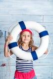 Στάση και συντηρήσεις ναυτικών μικρών κοριτσιών lifebuoy Στοκ Εικόνες