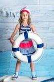 Στάση και συντηρήσεις ναυτικών μικρών κοριτσιών lifebuoy Στοκ φωτογραφία με δικαίωμα ελεύθερης χρήσης