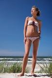 στάση κοριτσιών αμμόλοφων Στοκ Εικόνα