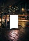 Στάση λεωφορείου νύχτας με τον κενό πίνακα διαφημίσεων Στοκ εικόνες με δικαίωμα ελεύθερης χρήσης