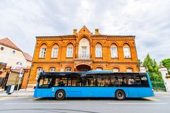 στάση λεωφορείου πόλεων με το μπλε λεωφορείο στοκ φωτογραφία