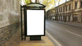 Στάση λεωφορείου στην πόλη με την κενή άσπρη χλεύη επάνω στο έμβλημα για τη διαφήμιση στοκ φωτογραφία με δικαίωμα ελεύθερης χρήσης