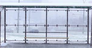Στάση λεωφορείου το χειμώνα με τα αυτοκίνητα απόθεμα βίντεο