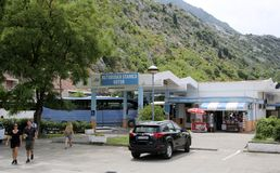 Στάση λεωφορείου Kotor Τα λεωφορεία είναι ένας εύκολος τρόπος να κινηθούν μέσα σε πολλές περιοχές τουριστών στο Μαυροβούνιο Στοκ Εικόνες