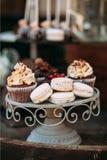 Στάση μετάλλων κάτω από το capcake με την κρέμα, macaroons Στοκ φωτογραφίες με δικαίωμα ελεύθερης χρήσης