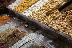 Στάση με τα διαφορετικά είδη καρυδιών και ξηρών καρπών για το τσάι στο α στοκ φωτογραφίες