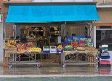 Στάση με τα φρούτα και λαχανικά υπαίθρια στη Βενετία, Ιταλία στοκ φωτογραφίες με δικαίωμα ελεύθερης χρήσης