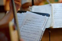 Στάση μουσικής με τις σημειώσεις κιθάρων Pupitre με το partitura Στοκ Εικόνες