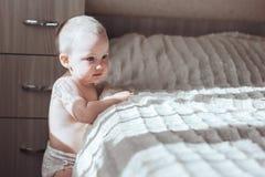 Στάση μωρών κοντά στο κρεβάτι Στοκ εικόνα με δικαίωμα ελεύθερης χρήσης