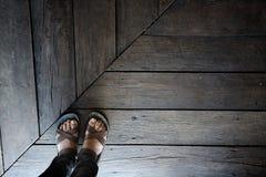 Στάση μόνο στο ξύλινο πάτωμα Στοκ εικόνες με δικαίωμα ελεύθερης χρήσης