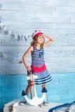 Στάση ναυτικών μικρών κοριτσιών και άγκυρα συντηρήσεων Στοκ εικόνες με δικαίωμα ελεύθερης χρήσης
