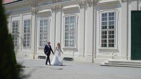 Στάση νεόνυμφων και νυφών στα σκαλοπάτια από το μεγάλο παλάτι σε Wiena φιλμ μικρού μήκους