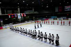 Στάση ομάδων χόκεϊ πάγου της Ταϊλάνδης και της Μογγολίας για το εθνικό ύμνο στην αίθουσα παγοδρομίας Μπανγκόκ Ταϊλάνδη Στοκ εικόνα με δικαίωμα ελεύθερης χρήσης