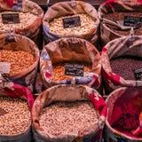 Στάση οσπρίων με το φρέσκο οργανικό προϊόν σε μια αγορά Στοκ Φωτογραφίες