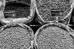 Στάση οσπρίων με το φρέσκο οργανικό προϊόν σε μια αγορά Στοκ Εικόνα