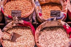 Στάση οσπρίων με το φρέσκο οργανικό προϊόν σε μια αγορά Στοκ εικόνα με δικαίωμα ελεύθερης χρήσης