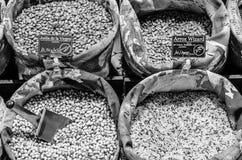 Στάση οσπρίων με το φρέσκο οργανικό προϊόν σε μια αγορά Στοκ Φωτογραφία