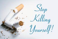 Στάση που σκοτώνεται καπνίζοντας υπενθύμιση με το σπασμένο τσιγάρο σε Whitebox Στοκ εικόνες με δικαίωμα ελεύθερης χρήσης