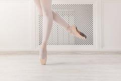 Στάση συγκομιδών ποδιών Ballerina στα παπούτσια pointe Στοκ Φωτογραφία