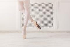 Στάση συγκομιδών ποδιών Ballerina στα παπούτσια pointe Στοκ Φωτογραφίες