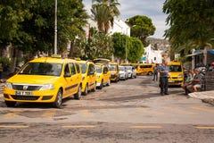 Στάση ταξί Οδηγοί που περιμένουν τους επιβάτες και το τουρκικό τσάι ποτών Στοκ εικόνες με δικαίωμα ελεύθερης χρήσης