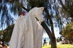 Στάση του αλόγου Cloaked με το κόκκινο πουλί Στοκ Φωτογραφίες