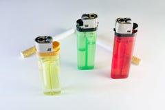 Στάση τριών πολύχρωμων μίας χρήσης αναπτήρων αερίου πυρόλιθου και TW Στοκ Φωτογραφίες