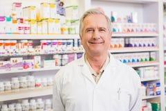 Στάση φαρμακοποιών χαμόγελου ανώτερη Στοκ εικόνες με δικαίωμα ελεύθερης χρήσης
