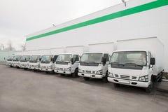 Στάση φορτηγών στο χώρο στάθμευσης σε μια σειρά Στοκ Εικόνα