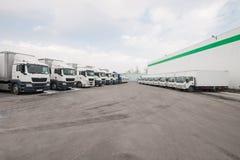 Στάση φορτηγών στο χώρο στάθμευσης σε μια σειρά Στοκ εικόνα με δικαίωμα ελεύθερης χρήσης