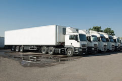Στάση φορτηγών στο χώρο στάθμευσης σε μια σειρά Στοκ Φωτογραφία