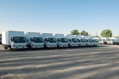Στάση φορτηγών στο χώρο στάθμευσης σε μια σειρά Στοκ Εικόνες