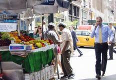 Στάση φρούτων στην πόλη της Νέας Υόρκης στοκ εικόνες