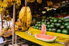 Στάση φρούτων στη ζωηρόχρωμη αγορά στο Ναϊρόμπι, Κένυα στοκ εικόνα
